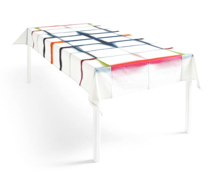 Vitt bord med duk med färg i olika nyanser i vikvecken
